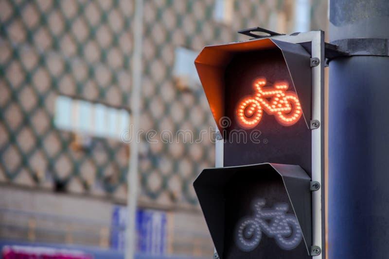 自行车道的红灯在红绿灯 免版税库存照片