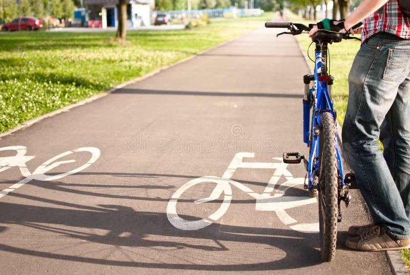 自行车道路的骑自行车者 免版税库存图片