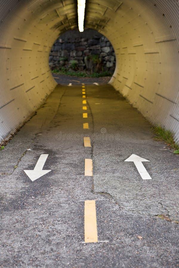 自行车道路穿过岩石隧道, 库存图片