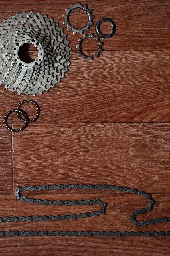自行车链子,几个扣练齿轮和其他的一些构成 免版税图库摄影