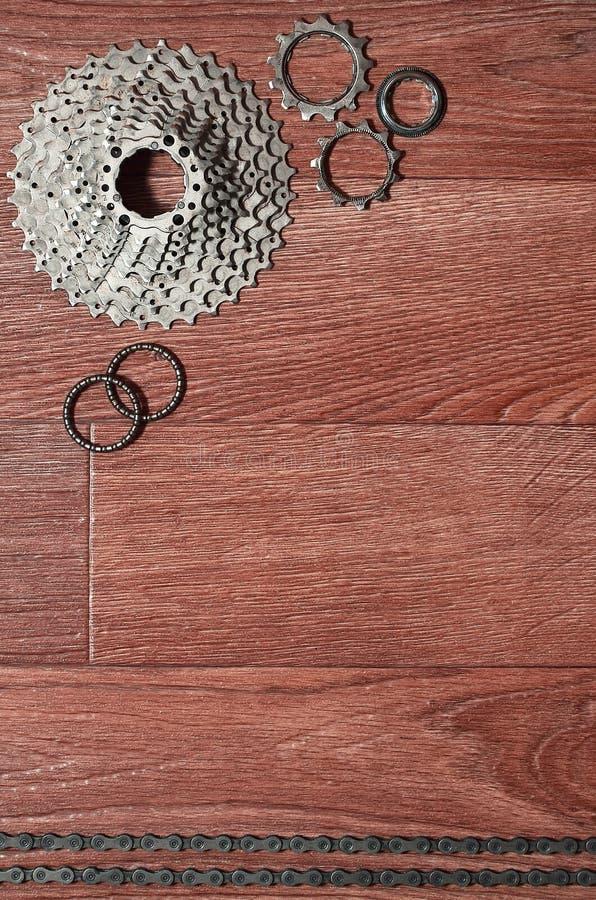 自行车链子,几个扣练齿轮和其他的一些构成 库存照片