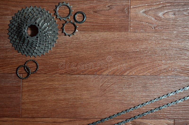 自行车链子,几个扣练齿轮和其他的一些构成 库存图片