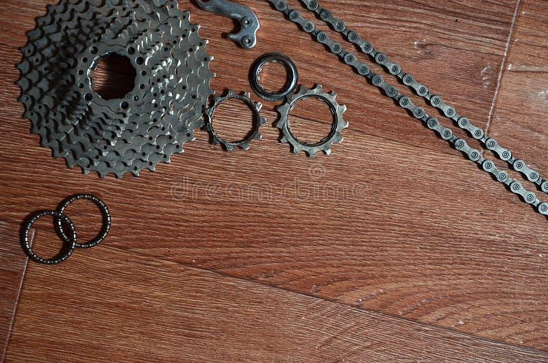 自行车链子,几个扣练齿轮和其他的一些构成 图库摄影