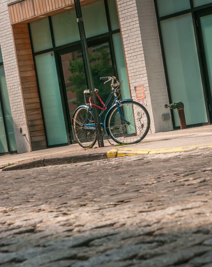 自行车锁定了 免版税库存照片