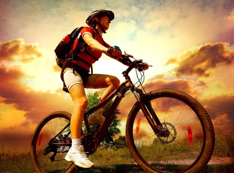 自行车骑马妇女年轻人 免版税库存照片