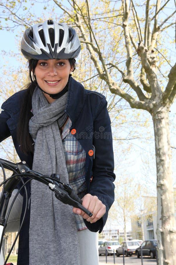 自行车骑马妇女 库存照片