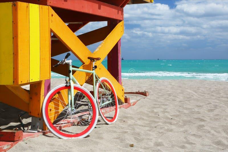 自行车&救生员驻地在迈阿密海滩 库存照片