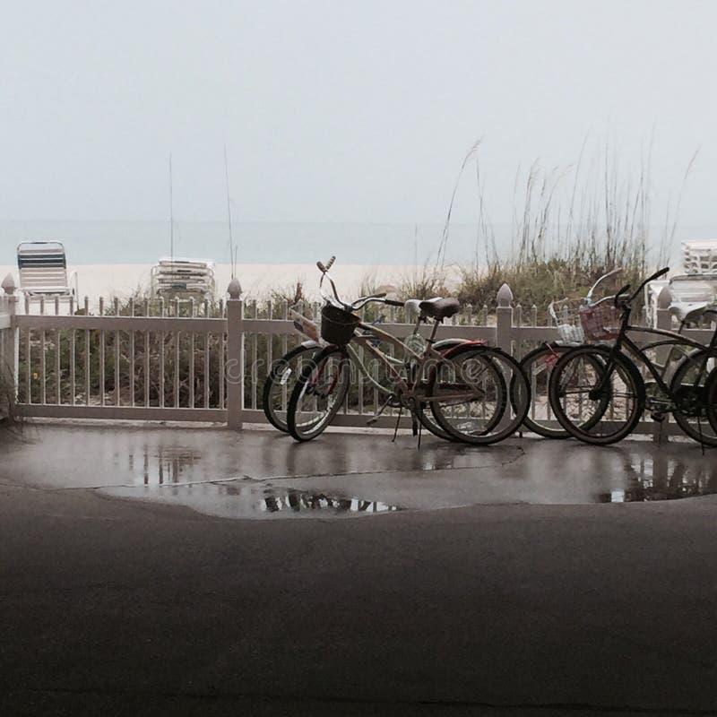 自行车 雨天海滩 免版税库存图片