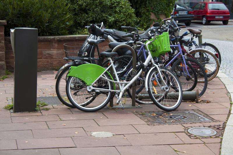 Download 自行车 库存照片. 图片 包括有 许多, 骑自行车的人, 自由, 骑自行车, 荷兰, 绿色, 棚子, 存贮 - 110572456