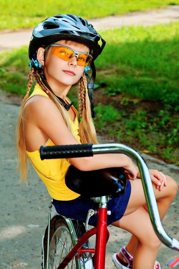 Download 自行车 库存图片. 图片 包括有 外面, 人员, 子项, 女演员, 骑自行车者, 逗人喜爱, 骑自行车的人 - 22355527