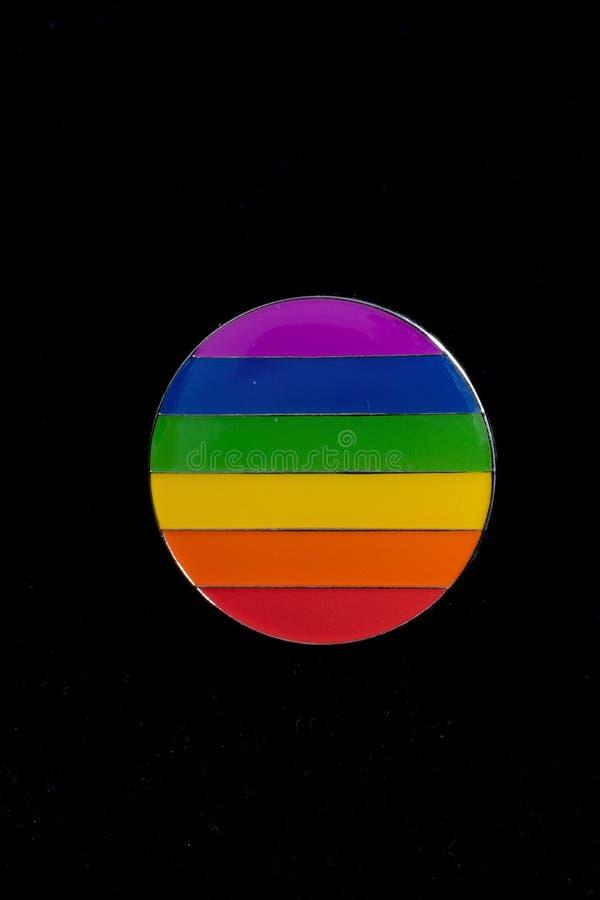自豪感在黑背景的彩虹徽章 库存图片