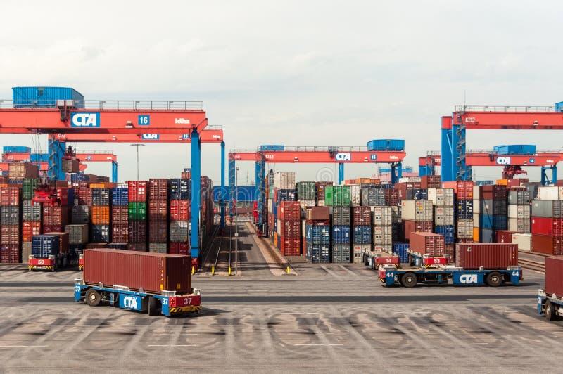 自治驾驶的跨车服务容器在Altenwerder集装箱码头在汉堡 免版税图库摄影