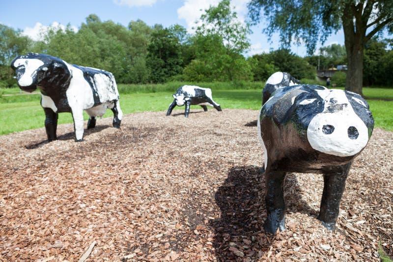臭名昭著的具体母牛在米尔顿凯恩斯 库存照片