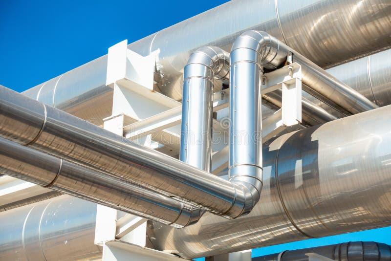 致冷物或蒸汽制造业的管道和绝缘材料在工业的油和煤气,在精炼厂的石油化学的分配管的 库存图片