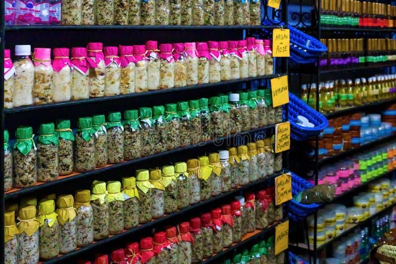 舍夫沙万,摩洛哥,24,04,2019 与瓶的架子海盐和草本 免版税库存图片