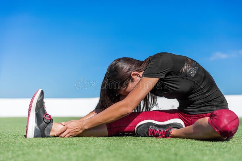 舒展一条腿的瑜伽妇女今后弯曲舒展 库存图片