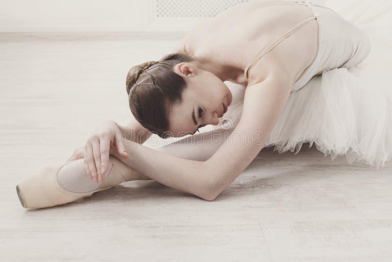 舒展优美的芭蕾舞女演员,芭蕾背景 库存照片