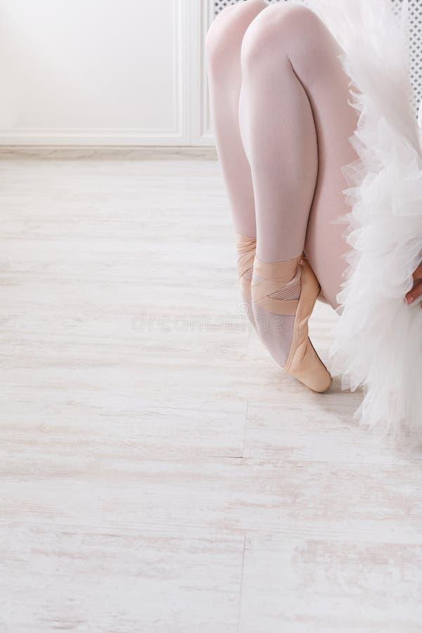舒展优美的芭蕾舞女演员,芭蕾背景 免版税库存照片