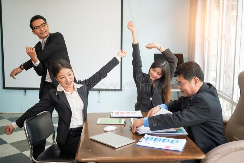 舒展办公室综合症状的锻炼 舒展疲乏的雇员的锻炼有椅子的 免版税库存照片