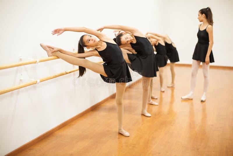 舒展在真正的芭蕾类期间的女孩 库存图片