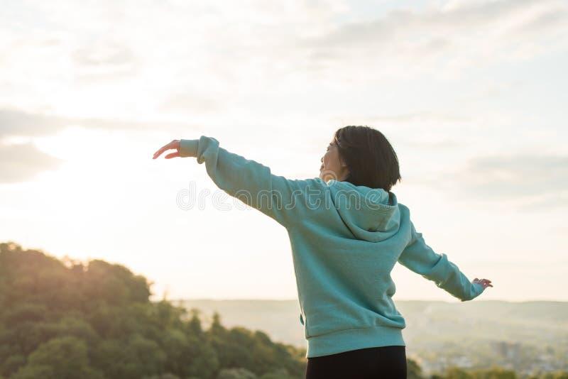 Download 舒展在蓝天背景的美丽的亚裔妇女 放松的片刻 库存图片. 图片 包括有 愉快, 日语, 蓝色, 现有量, 室外 - 72372269