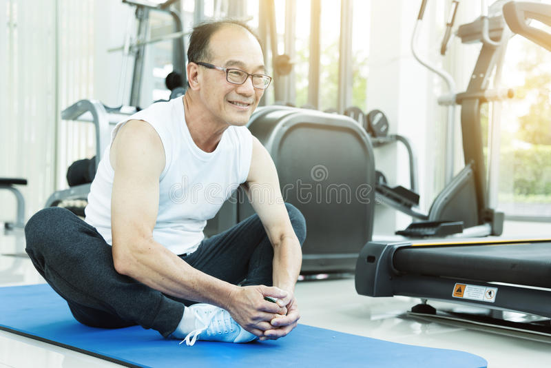 舒展在锻炼前的亚裔老人 免版税库存照片