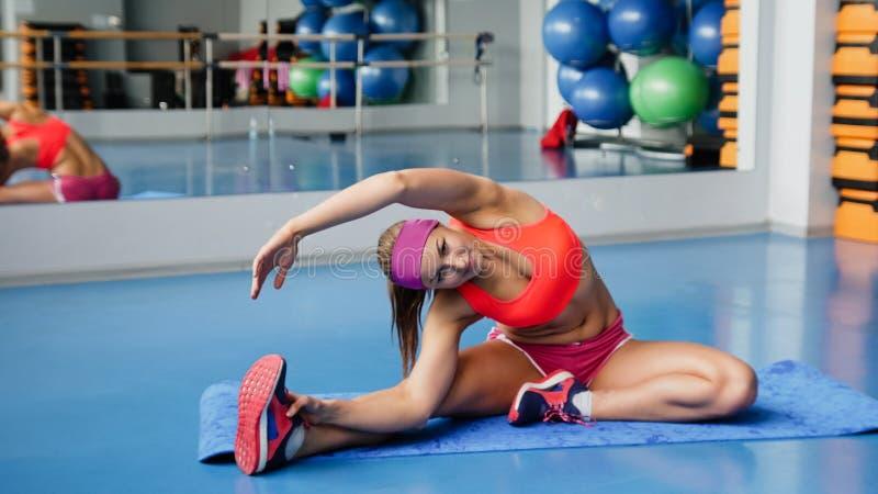 舒展女子瑜伽的美好的执行的执行健身体操莲花体育运动 瑜伽 免版税库存照片