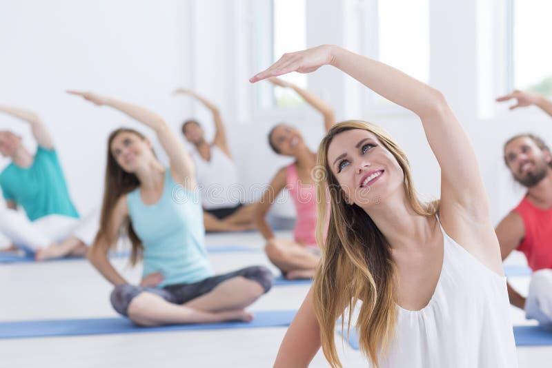 舒展妇女的体操 免版税库存图片