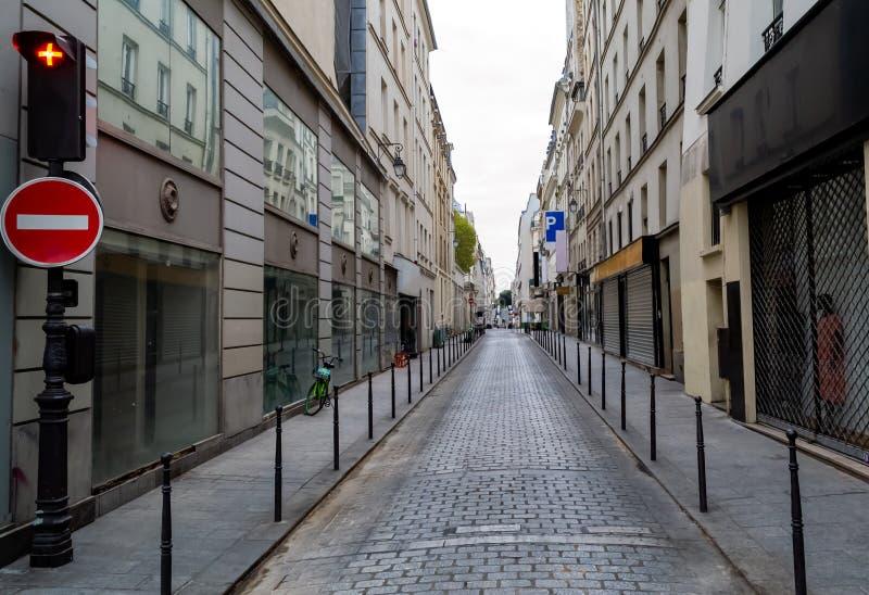 舒展对天际的巴黎狭窄的街道 房子美丽的门面  免版税库存照片