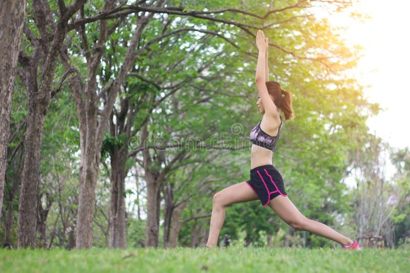 舒展放松准备的年轻体育妇女在锻炼前 库存图片