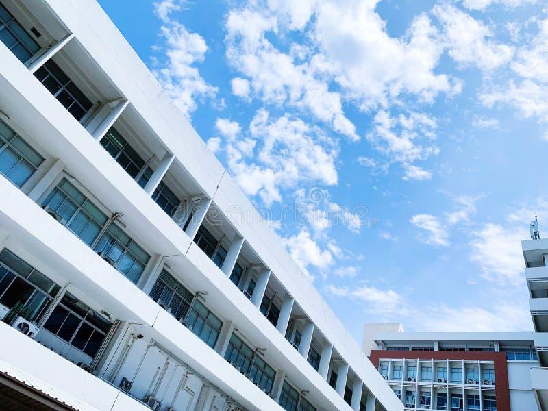 舒展沿眼睛的一个白色大厦的图片 免版税库存照片