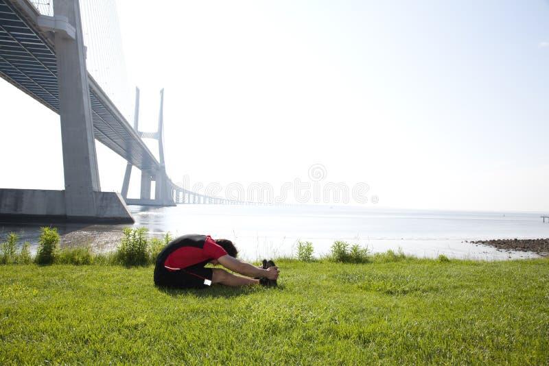 舒展温暖的运动员 免版税图库摄影