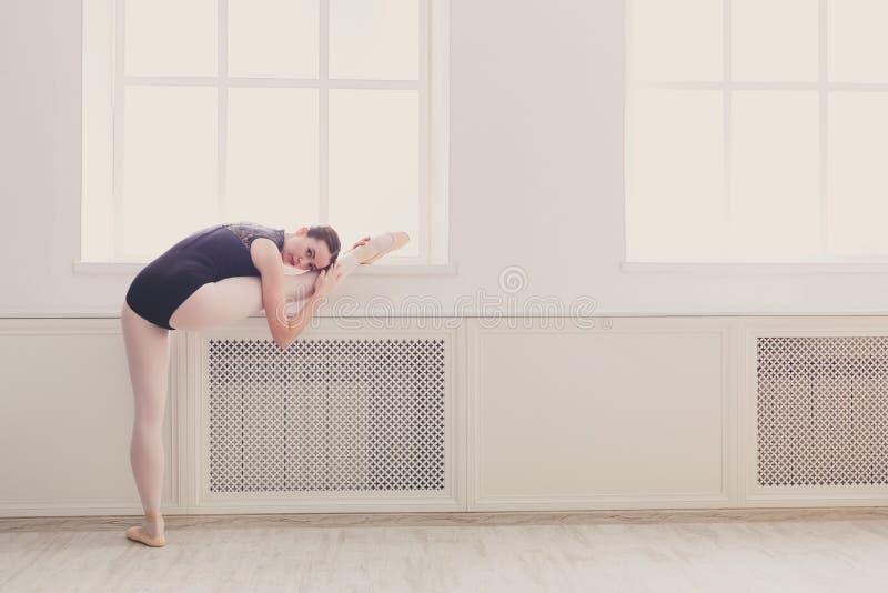 舒展的类亭亭玉立和优美的芭蕾舞女演员 免版税库存图片