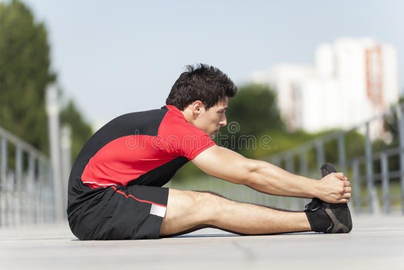 舒展的运动员温暖和 免版税库存图片