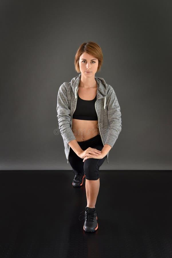 舒展腿的健身妇女 免版税库存图片