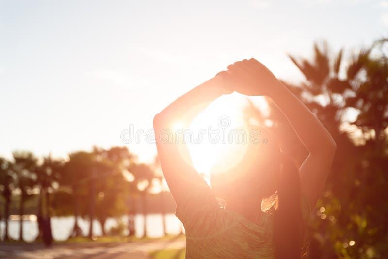 舒展腿的年轻健身妇女赛跑者软的焦点在奔跑前在公园 室外锻炼活动概念 库存照片