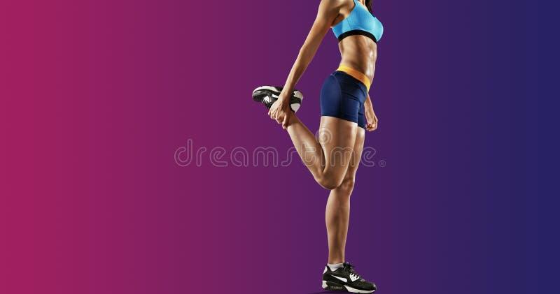 舒展腿的年轻健身妇女 查出 免版税图库摄影