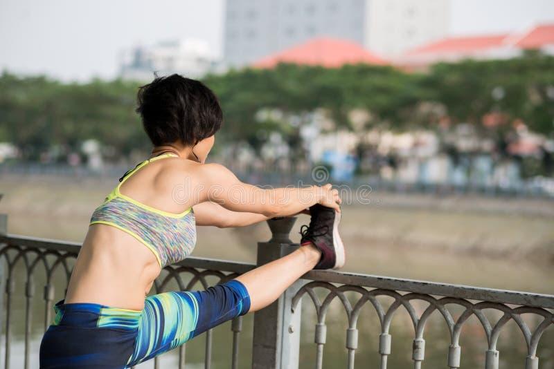舒展腿肌肉 库存照片