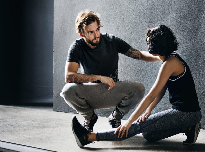 舒展运动员夫妇健康锻炼适合的概念 免版税图库摄影