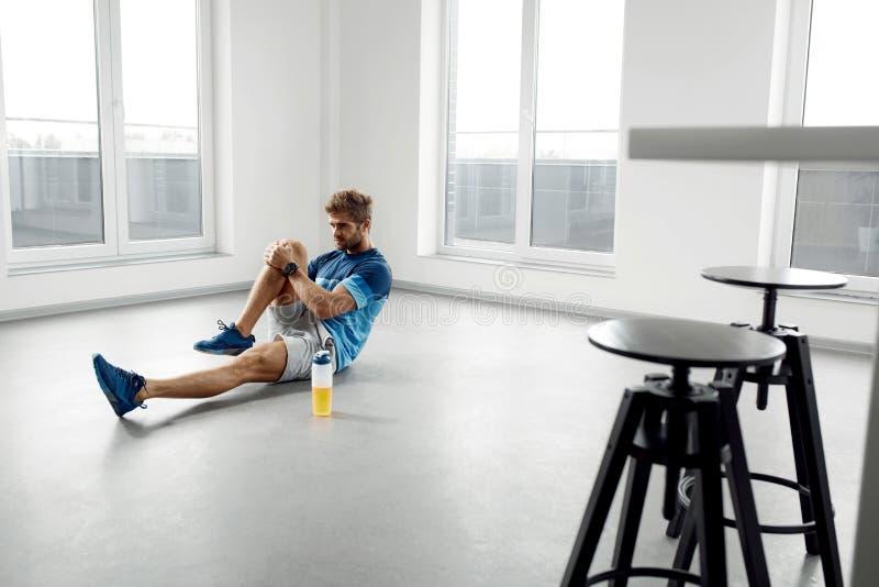 舒展锻炼 舒展在锻炼前的英俊的健康人 免版税图库摄影