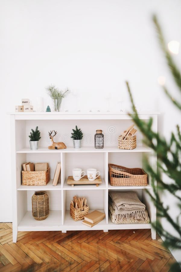 舒适儿童居室 与玩具的一个架子 新年欢乐内部 圣诞节装饰生态学木 节假日概念 库存照片