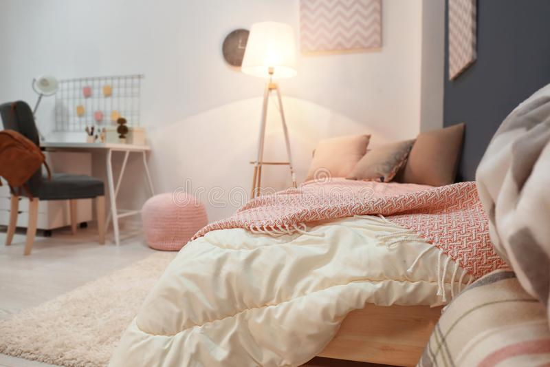 舒适儿童` s室舒适的床内部  图库摄影