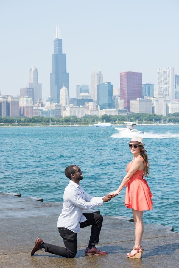 舒适和富感情的年轻夫妇在城市 库存照片