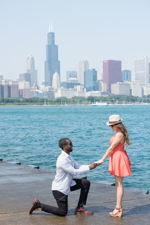 舒适和富感情的年轻夫妇在城市 免版税库存照片