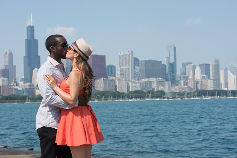 舒适和富感情的年轻夫妇在城市 免版税库存图片