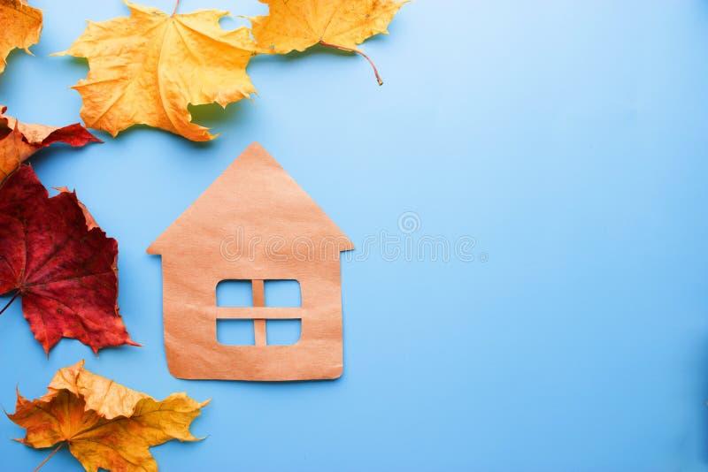 舒适和温暖的家在秋天 免版税库存照片