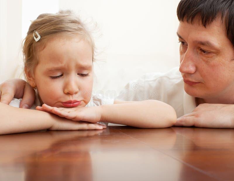 舒适哀伤父亲的女孩 免版税库存照片