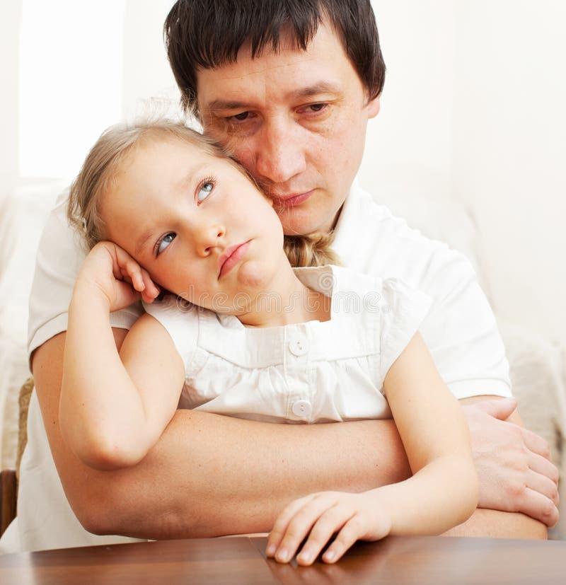 舒适哀伤父亲的女孩 免版税库存图片