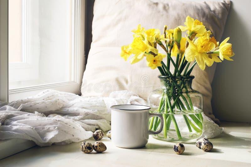 舒适复活节,春天静物画场面 杯子咖啡、木板材、鹌鹑蛋和花瓶在窗台的花 花卉 库存图片