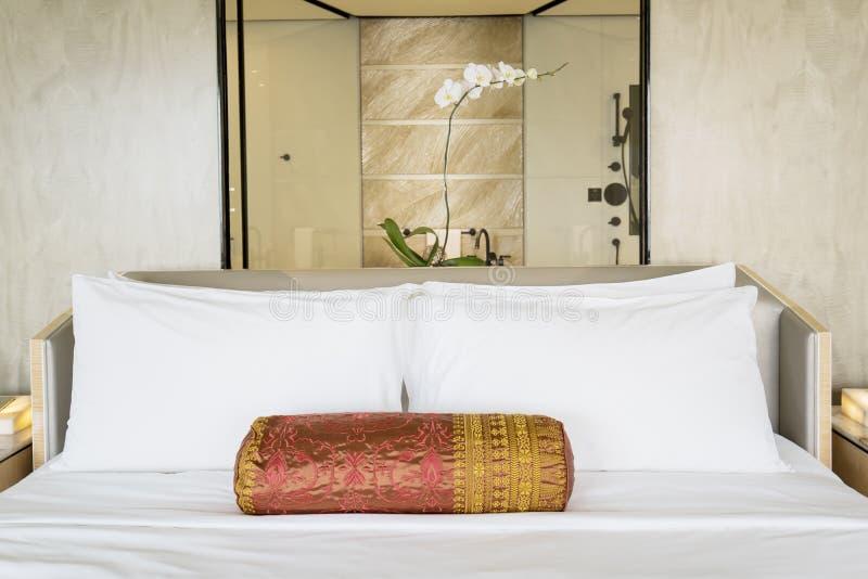 舒适大床在旅馆卧室 免版税库存图片